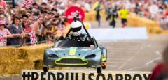 阿斯顿马丁的微型V8 Vantage GTE在伦敦的红牛肥皂盒比赛中获得第二名